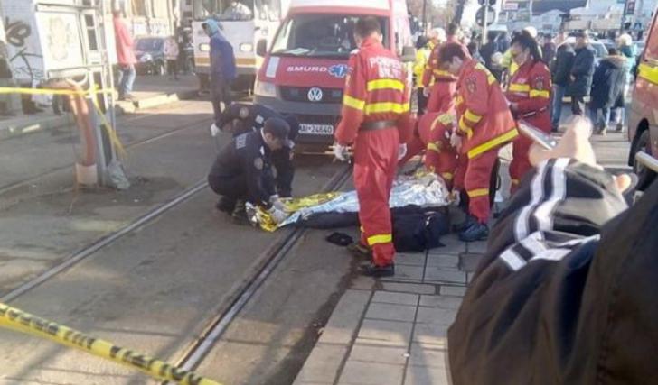 Accident mortal în Bucureşti, un bărbat a fost împins în faţa tramvaiului (VIDEO)