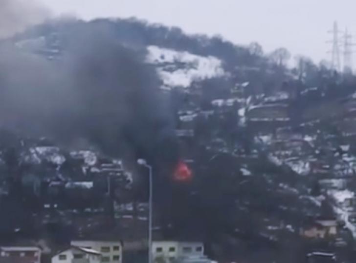 Casă mistuită de flăcări, o femeie transportată la spital (VIDEO)