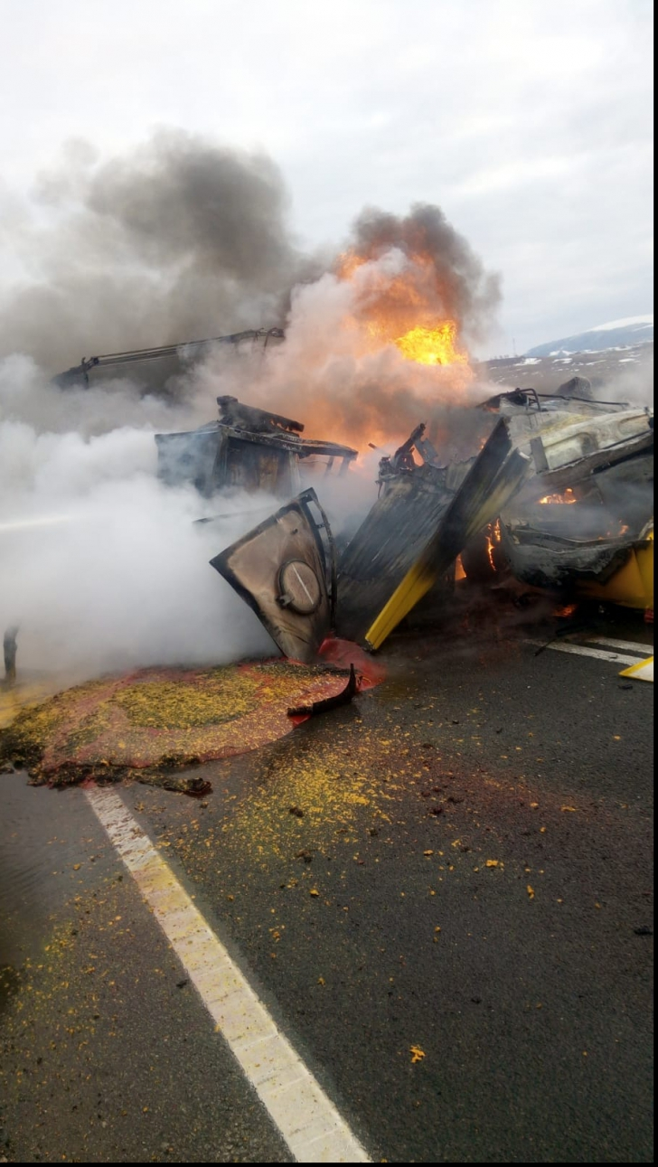 Trei TIR-uri au fost implicate într-un carambol și au luat foc: 2 oameni au murit -IMAGINI DRAMATICE