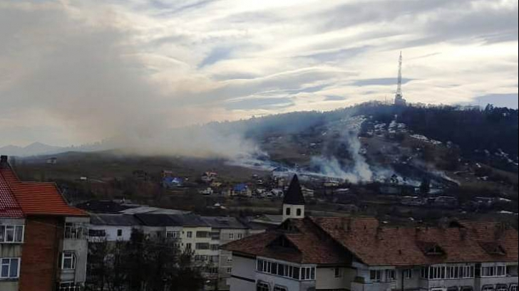 Alertă la Piatra Neamţ, incendiu masiv de vegetaţie, au fost chemaţi şi pompierii care aveau liber