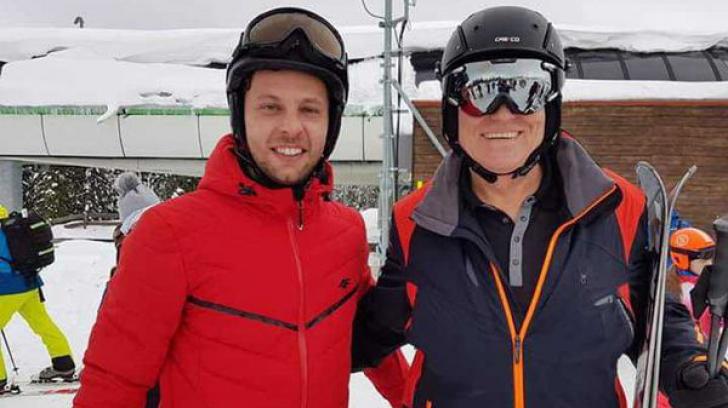 Klaus Iohannis s-a fotografiat cu turiștii la schi, pe pârtia Transalpina