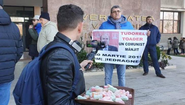 Tudorel Toader, așteptat la Timișoara cu proteste și o tavă cu rahat