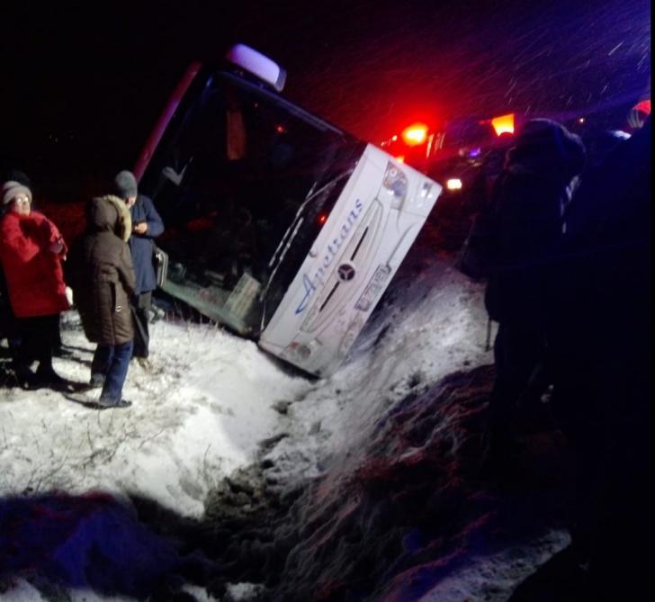 Autocar răsturnat lângă Coldea
