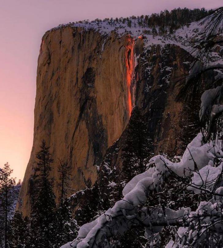 Fenomen spectaculos. Cascadă în flăcări - FOTO