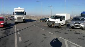 Accident la ieșirea de pe A1, spre Agnita, cu cinci victime. O mașină a fost proiectată într-un TIR