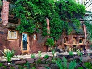 Casa din peșteră