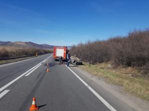 O şoferiţă s-a răsturnat cu maşina în care se mai aflau şi doi copii