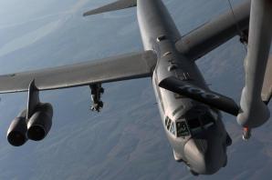 Un bombardier B-52, alimentat în spațiul aerian al României