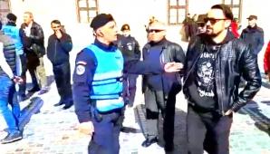 """Incident la Braşov! Jandarmii au ridicat un bătrân care a """"tulburat"""" baia de mulţime a PSD (VIDEO)"""