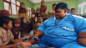 Ce s-a ales de băiatul care cântărea 200 de kg. Era cât 6 copii la un loc!