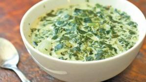 Cum prepari cea mai gustoasă ciorbă de salată verde cu lapte acru. Reţeta uitată de multă lume