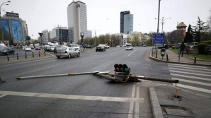 Semafor prăbușit pe șosea, în fața Guvernului. Ce spune Primăria Capitalei