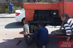 6 dintr-o lovitură! Bolid de lux, impact devastator: 5 mașini și un tractor, făcute praf! / Foto: ziaruldecraiova.ro