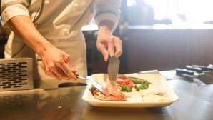 O chelneriţă dezvăluie secretul şocant din bucătăria restaurantelor. Ce pun în mâncare