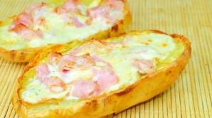 Cartofi umpluţi cu telemea şi şuncă. O reţetă extrem de simplă şi gustoasă!