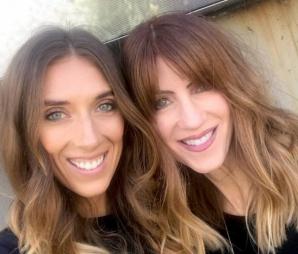 Mama are 57 de ani, iar fiica 34, dar arată ca două surori!