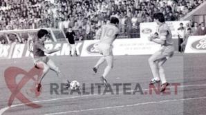 Imagine din Steaua - Galatasaray 4-0 (1989), publicata in premiera. Iosif Rotariu (echipament inchis) suta spre poarta turcilor. Arhiva: Cristian Otopeanu
