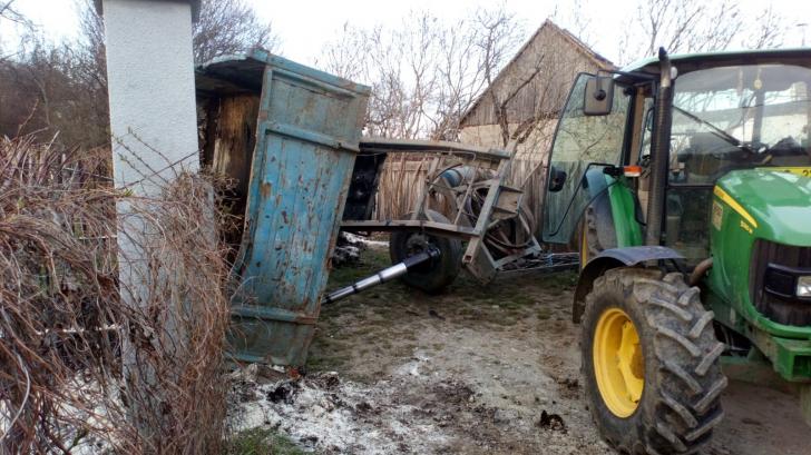 Realitatea de Sibiu: Copil de patru ani, prins sub remorca unui tractor, în stare gravă