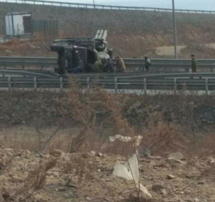 Un camion care transporta un sistem antirachetă Pantsir s-a răsturnat în Rusia