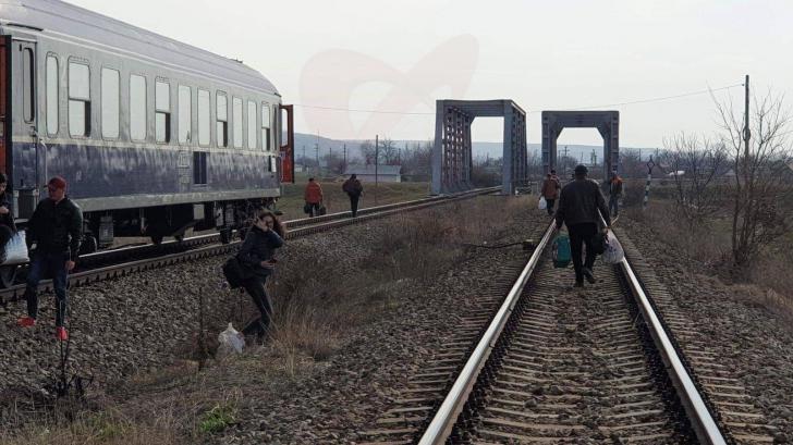 Un tren s-a defectat după ce a plecat din Gara Bârlad. Călătorii au rămas în câmp