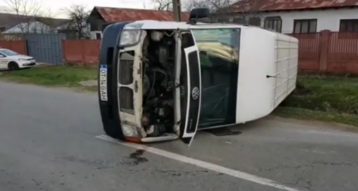 Accident grav în Olt. Un microbuz cu pasageri s-a răsturnat
