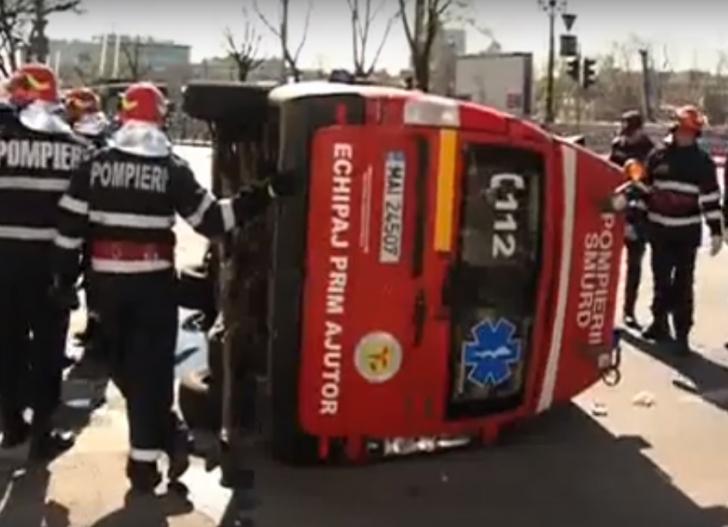 Accident grav în Bucureşti, o ambulanţă SMURD s-a răsturnat (VIDEO)