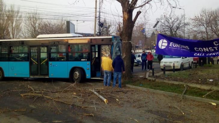 Incident șocant în Capitală: un autoboz Otokar a intrat într-un copac