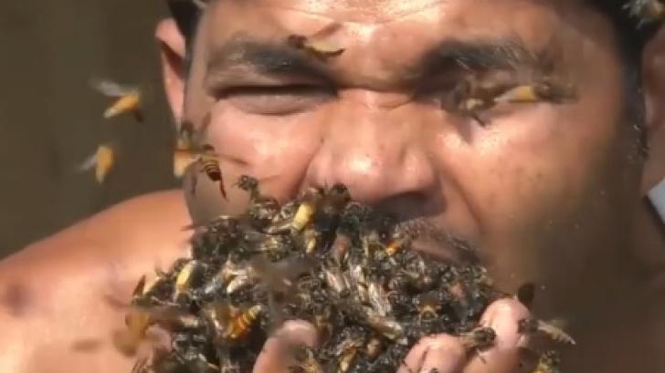 Terifiant! Un bărbat își umple gura cu sute de albine vii. Ritualul care a șocat