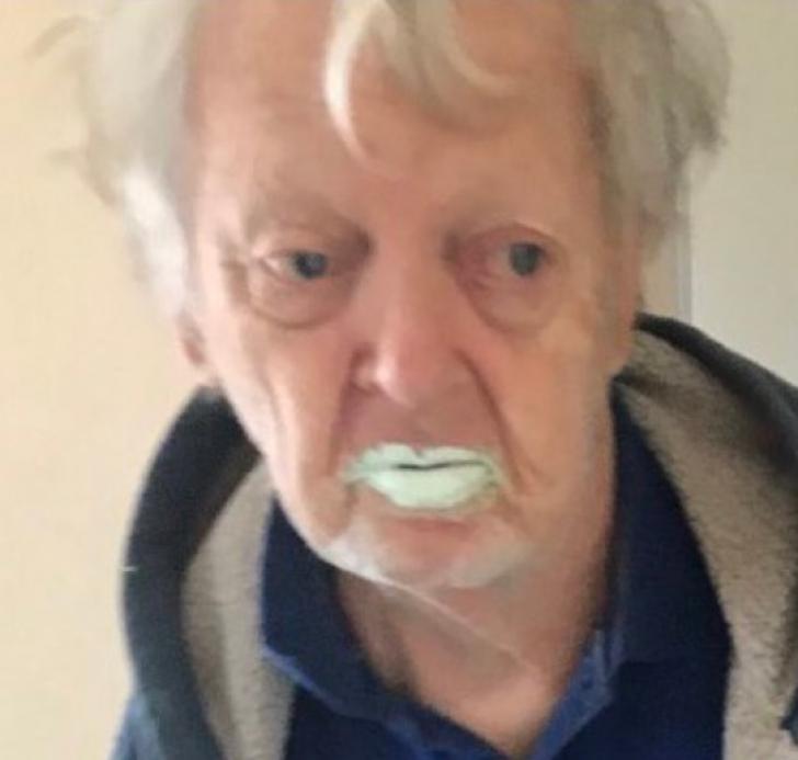 <p>Povestea ireală a bunicului care a confundat vopseaua cu iaurt. Teribil ce a urmat!</p>