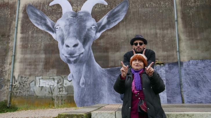 Agnes Varda, alături de artistul JR, în documentarul Visages, Villages