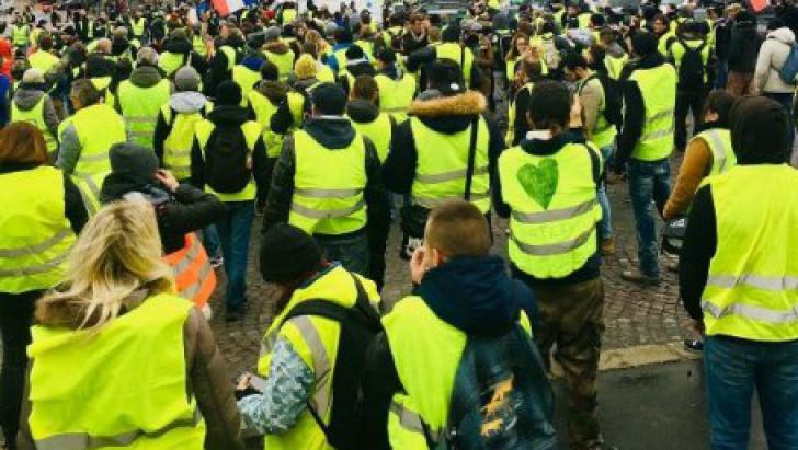 Proteste violente la Paris: magazine incendiate, 11 răniţi. Peste 120 de persoane reţinute