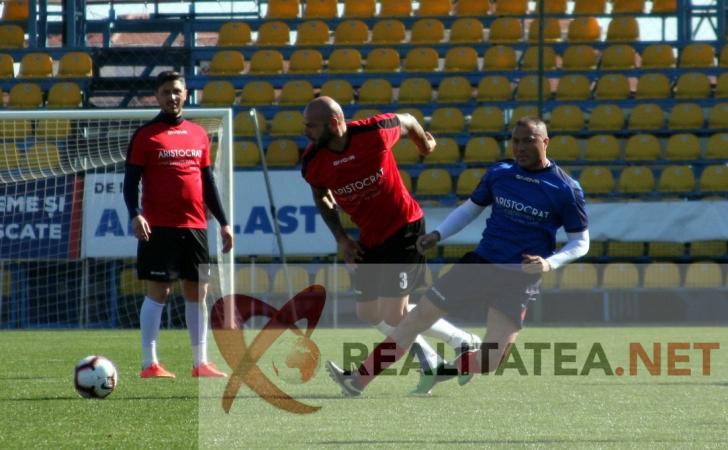 Giani Kirita il faulteaza pe Adrian Ilie.Foto: Cristian Otopeanu