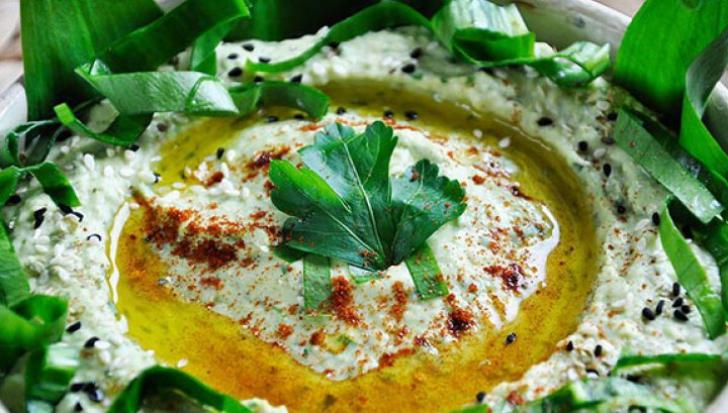 Cum să prepari humus cu leurdă! Este gata în doar 5 minute