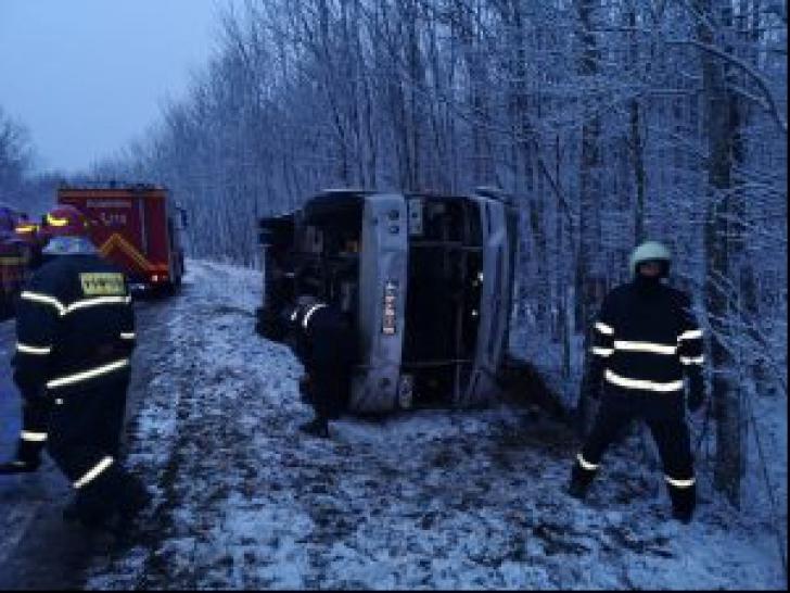 Microbuz cu 25 de pasageri, răsturnat! A fost activat planul roșu de intervenție
