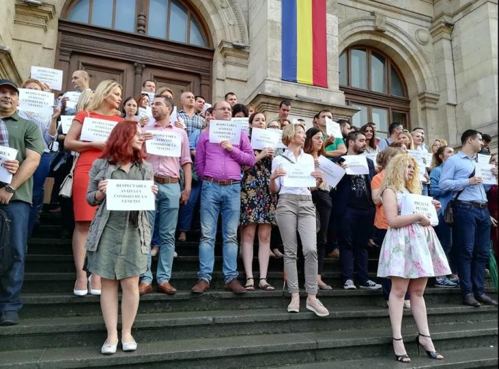 Curtea de Apel se dezice de protestul de pe scările de la intrare
