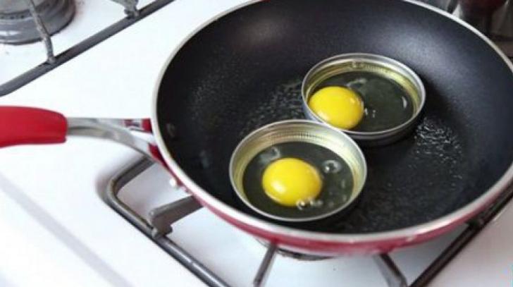 A pus ouă în capacele de la borcan. Vei rămâne surprins ce a ieșit