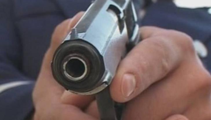 A tras cu pistolul în copiii care se jucau, deranjat de zgomotul pe care-l făceau pe stradă