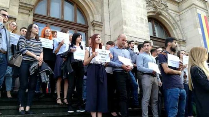 Magistrații continuă protestele împotriva refuzului guvernului de a abroga OUG 7