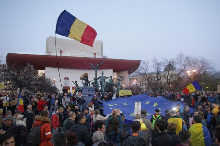 Protest, sâmbătă seară, în Piaţa Universităţii, cu 500 de oameni. Au scandat anti-PSD şi pro-Kovesi
