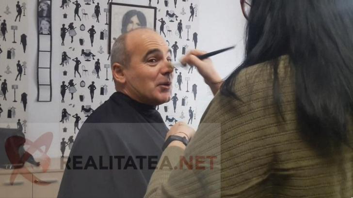 Rares Bogdan in cabina de machiaj Realitatea TV, inaintea emisiunii. VIDEO: Cristian Otopeanu