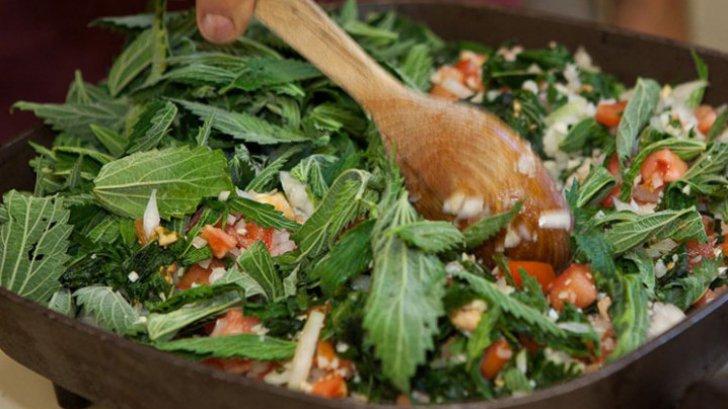 Salata-minune care elimină toxinele. Nu e chiar uşor de mâncat. Tu ai curaj?