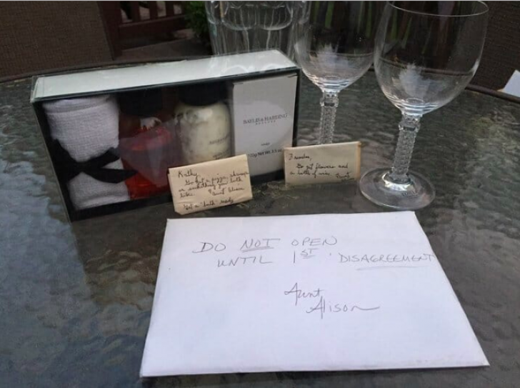"""Au primit un cadou de nuntă cu mesajul """"deschideţi-l după 9 ani"""".Aşa au făcut.Ce era acolo i-a uluit"""