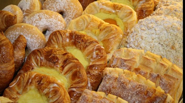Ce mănâncă, în realitate, elevii care cumpără plăcinte, pizza și prăjituri