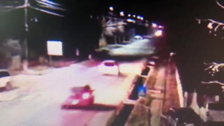 Înregistrarea cumplită cu bărbatul călcat de două mașini, la interval de câteva secunde