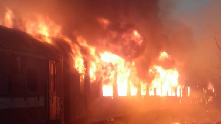 Flăcări uriașe în gara Oravița, mai multe vagoane au luat foc
