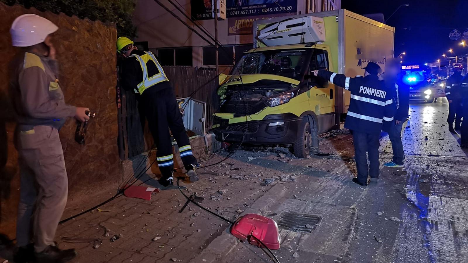 Accident în Piteşti: A intrat cu mașina într-o conductă de gaze. Șoferul, sub influența alcoolului