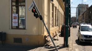 Trafic dat peste cap în Timişoara. Un şofer a distrus sistemul de semaforizare