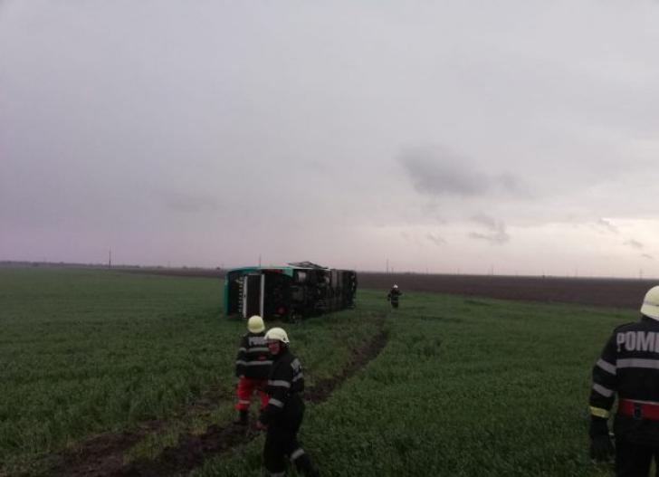 Primele imagini cu autocarul răsturnat de tornadă în jud. Călăraşi
