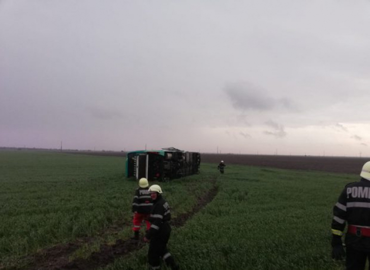 Tornadă uriaşă în Călăraşi, un autocar răsturnat, case fără acoperişuri (GALERIE VIDEO+FOTO)