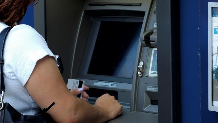 Mare atenție la bancomat: trucuri ca să nu fii păcălit și să rămâi fără bani